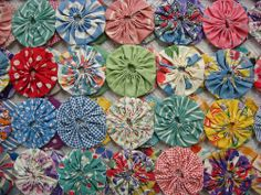 Depression-era yoyo quilt. This kind of quilt would be great for summer. #vintage #fabric #crafts #sewing