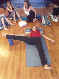 Hamstring Stretch with Strap Yin Yoga, Yoga Bewegungen, Yoga Dance, Yoga Moves, Yoga Meditation, Vinyasa Yoga, Restorative Yoga Sequence, Yoga Sequences, Iyengar Yoga