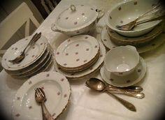 Prachtig roosjesservies <3  Dit mooie servies vol roosjes van Kahla bestaat uit: een grote terinne, een grote slakom, een grote ronde schotel, een sauskom, 7 soepborden, 6 taart/boterham bordjes en 4 platte borden. 1dessertbordje heeft een chip, de rest van het servies is gaaf. Vraagprijs voor dit mooie servies: €45 Regio Oost Vlaanderen Liefst ophalen https://www.facebook.com/pages/Brocante-Blanche-Katoo/1492219874389629