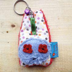 Mini lapin doudou gri gri porte clés rouge pois multicolores