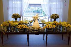 Mesa do bolo decorada com flores laranjas e amarelas - Casamento Larissa Ricciardi e Paulo Henrique