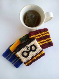 Harry Potter Cup Cozy - crochet mug cozy Baby Harry Potter, Tricot Harry Potter, Harry Potter Bricolage, Harry Potter Bookmark, Harry Potter Crochet, Crochet Coffee Cozy, Crochet Cozy, Quick Crochet, Coffee Cup Cozy