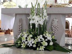 white altar arrangement Funeral Floral Arrangements, Easter Flower Arrangements, Creative Flower Arrangements, Beautiful Flower Arrangements, Beautiful Flowers, Church Wedding Flowers, Funeral Flowers, Church Altar Decorations, Flower Decorations