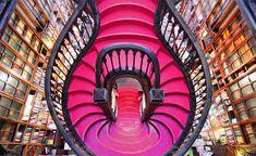 Foto da escadaria da Livraria Lello e Irmão, em Portugal, parte de uma lista de 10 livrarias fantásticas pelo mundo. Incrível.