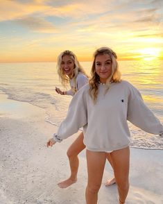 There's no one like your BFF! They will always have your back and get you through the good & the tough times. Here some cute phot ideas for that BFF goal! Bff Pics, Photos Bff, Cute Friend Pictures, Friend Photos, Cute Photos, Beach Photos, Beach Sunset Pictures, Shooting Photo Amis, Best Friend Fotos