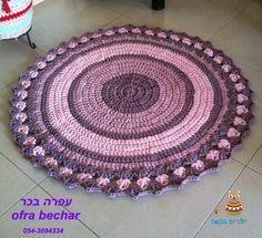 את השטיח הזה סרגתי בהזמנה  קוטר 1.20 צבעים של וורודים וסגולים מעושנים לא בטוח שיהיו לי שוב צבעים כאלה אבל אפשר להזמין את הדוגמה של השטיח בגוונים אחרים. את החוטים והצבעים ושטיחים אחרים שסרגתי , אפשר לראות אצלי בסטודיו  ברמת השרון אז אם בא לכם כזה שטיח אתם מוזמנים עפרה בכר 054-3094334