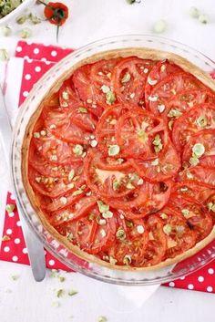 Une tarte toute simple avec des saveurs assez classiques mais qu'est-ce que c'est bon ! Sous la couche de tomates, j'ai étalé de la moutarde à l'ancienne,