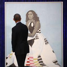 Barack Obama Checking Out Michelle Obama's Portrait Happy Presidents Day, Black Presidents, Barak And Michelle Obama, Amy Sherald, Obama Portrait, Barack Obama Family, Obama President, Michelle Obama Fashion, Emotional Photos