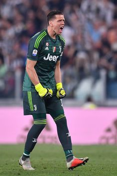 Juventus goalkeeper Wojciech Szczesny celebrates after the second. Juventus Goalkeeper, Juventus Team, Soccer Players, Football Soccer, Thibaut Courtois, Two By Two, Turin Italy, Goals, Celebrities