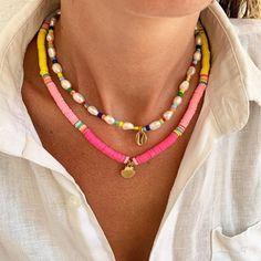"""En una de nuestras publicaciones de hace días hablamos sobre tendencias en accesorios.  Y una de estas tendencias era Joyas de cuentas, también la llaman """"joyas de niños""""  hechas de cuentas multicolores.  Sobre todo son ideales para tus looks de verano y vacaciones. Sugerencia: para una  imagen más formal, no lleves más de una de esas 'joyas' a la vez Bohemian Necklace, Beaded Necklace, Pearl Choker, Trendy Jewelry, Necklace Types, Fashion Necklace, Women's Accessories, Chokers, Boutique Shop"""