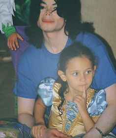 Michael Jackson with daughter Paris Paris Jackson, Prince Michael Jackson, Michael Jackson Smile, Janet Jackson, Familia Jackson, Mj Kids, Jackson Family, King Of Music, The Jacksons