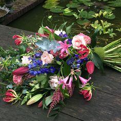Rouwboeket kleurig Casket Sprays, Funeral Tributes, Fresco, Floral Wreath, Bloom, Gift Wrapping, Wreaths, Cemetery, Garden