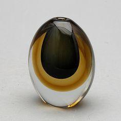 KAJ FRANCK - Glass vase for Nuutajärvi Notsjö, signed 1959, Finland.   [h. 11 cm] Glass Design, Design Art, Nordic Design, Midcentury Modern, Finland, Modern Contemporary, Scandinavian, Glass Art, Cool Designs