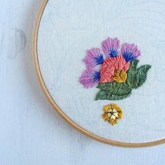Greetings from a very autumnal Brighton!  I've been making some new season resolutions over on the blog today to mark the first birthday of the Harper & Finch Etsy shop! Link in profile. Spoiler - it's all about embracing imperfections and getting stuff finished! Feels good reflecting on the past year and thank you for all your support.❤️☺️ #embroidery #creativeprocess #crewel #Jacobean #flower #stitching #handmade #etsyshop #blog #creativityfound