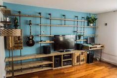 壁一面に覆う配管のテレビ台壁一面に配管と板材の組み合わせでつくられている。テレビ台からパソコンデスクまで自由自在のアイデアは自分のライフスタイルに合ったデザインができます。