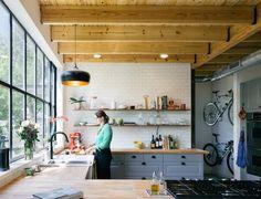 Love la baie vitree façon verriere + la couleur et le style ds meubles de cuisine + les grandes etageres