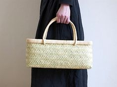 bamboo basket Bamboo Weaving, Hand Weaving, Bamboo Art, Bamboo Basket, Straw Tote, Basket Bag, Best Bags, Summer Bags, Knitted Bags