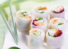 Pleasant to eat and low in calories: a fresh diet treat. We definitely cannot resist these light rolls that won't leave us hungry! Vegetarian Recepies, Asian Recipes, Healthy Recipes, Healthy Food, Tiny Food, Exotic Food, Pause, Food Goals, Spring Rolls
