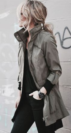 Street style | Black outfit with messy hair and military khaki jacket