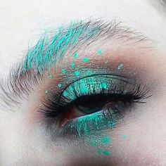 metallic green eyeshadow makeup inspo