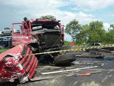 Colisão entre carretas deixa dois mortos na BR-135, na região Central de Minas