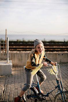 Tinycottons Luckywood Herbst/Winter 19 bei Hasel und Gretel. Nachhaltige   Baby- und Kinderkleidung von 0-12 Jahre bei Hasel und Gretel. Mode Lookbook, Fashion Lookbook, Photo Record, Kids Vest, Pretty Kids, Kids Fashion Photography, Little Fashion, Hipster, Photoshoot
