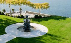 Der klassische Brunnen in Form einer edlen Bronzeskulptur liegt im Zentrum der Gartenanlage.