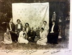 The story began in 1935 when Heighington WI entered a patchwork quilt into the National Federation of WI's Handicraft Exhibition at the Horticultural Hall in Bee Pictures, Work Pictures, Vintage Pictures, Pretty Pictures, Quilt Pictures, Old Quilts, Antique Quilts, Vintage Quilts Patterns, Q Photo