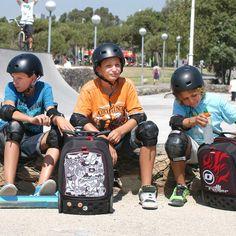 Mi hijo y sus amigos en el parque con las fantásticas  mochilas Nikidomroller.com. Con manillar ergonómico y ruedas grandes.