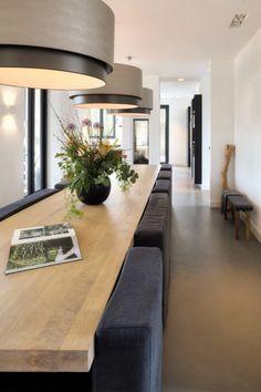 Luxe eettafel met zitstoelen en design verlichting