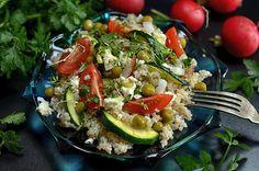 Sałatka z kaszą i warzywami, lekka, dobra na obiad lub kolację lub po treningu, pyszna, łatwa w przygotowaniu, nada się jako dodatek do grillowanych mięs.
