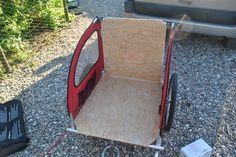 Billede 4: Så blev der lavet nyt ryglæn. Da pointen er at vognen efter ombygningen stadig skal kunne foldes sammen og transporteres i bilen, bliver alt samlet med hængsler.