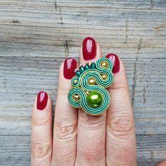 Anillo hecho bordado soutache de método laborioso. Base en el color de oro viejo anillo es ajustable. El patrón es el grano de cristal. Usé la Toho perlas, dorado abalorios, fuego polaco. Anillo verde está acabado fieltro verde. Si quieres que yo te consigo el anillo del orden de un Soutache Necklace, Tassel Earrings, Green Rings, Boho Jewelry, Jewellery, Shibori, Beaded Embroidery, Different Colors, Glass Beads