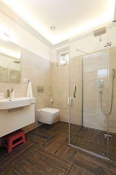 Keramické obklady v koupelně dokonale imitují dřevo jak vzhledem, tak i povrchem. Bathroom, Bathtub, Flooring