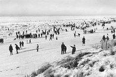 de bevroren Noordzee Amsterdam, The Hague Netherlands, Winter Scenery, Vintage Photography, White Photography, North Sea, Winter Snow, Old Pictures, Dutch