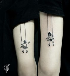 simbolos-que-signifiquen-familia-idea-para-hermanas-niñas-en-columpio-tatuajes-iguales-en-el-brazo