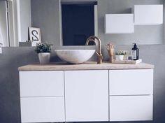 HOME! Nå har jeg begynt så smått og kjøpe planter her hjemme, planen er jo å fylle opp hele leiligheten med fine, freshe, grønne planter. Elsker det, det gir så mye liv! I går fant jeg Monstera planter hos Floriss til 129,- pr! YAS. Før har jeg jo hatt enkle blad, men synes det er … Green Plants, Double Vanity, Lens, Bathroom, Interior, Inspiration, Home Decor, Laundry, Decorating