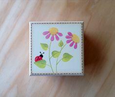 Caja con Flores y Mariquita por Angélica Tamayo