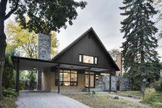 Rénovation d'une maison des années 60 en maison plus contemporaine avec de grandes baies vitrées et des pièces ouvertes et une décoration design et épurée.