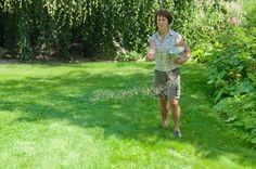 Drei bis vier Düngergaben pro Saison halten den Rasen in Schuss. Die Verteilung per Hand ist etwas für geübte Gärtner. Einfacher ist das Ausbringen mit einem Streuwagen