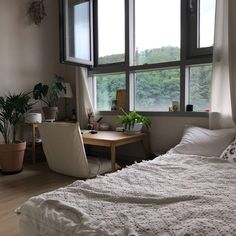 cozy-floor-desk-office-in-the-bedroom – Home Design And Interior Room Ideas Bedroom, Small Room Bedroom, Home Bedroom, Bedroom Decor, Small Apartment Bedrooms, Floor Desk, Floor Chair, Deco Studio, Appartement Design
