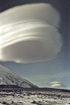 Lenticular clouds are my favorite as they are so dramatic and artistic! Spectacular Lenticular Cloud Formation over a Volcano in Kamchatka, Russia. All Nature, Science And Nature, Amazing Nature, Beautiful Sky, Beautiful Pictures, Lenticular Clouds, Tornados, Wild Weather, Photo Portrait