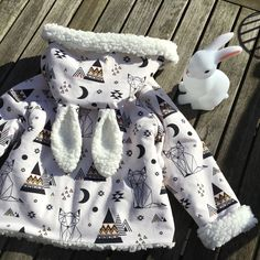 Couture for baby! Coin Couture, Baby Couture, Couture Sewing, Baby Sewing Projects, Sewing Crafts, Sewing Online, Burp Cloths, Baby Love, Baby Gifts