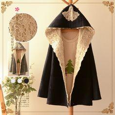 Трикотажное пальто с объмным капюшоном, декорированное кружевом