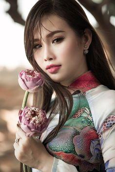 Người đẹp Thanh Trang mang đến những cảm xúc mới lạ cho người yêu áo dài khi trình diễn mẫu thiết kế áo dài mới, với họa tiết sen trên áo và sen trên tay, theo ý tưởng của NTK Tommy Nguyễn..