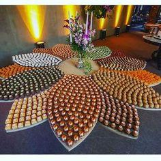 Tendência em casamentos, a mesa mosaico de doces faz sucesso nas festas por onde são usadas na decoração. Food Table Decorations, Food Decoration, Wedding Decorations, Christmas Decorations, Wedding Candy, Wedding Desserts, Buffet Wedding, Food Platters, Cake Trends