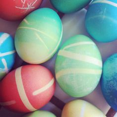 dyed Easter eggs using rubber bands #easter #eggs