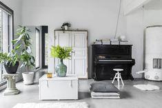 Vanhat esineet pelkistetyissä puitteissa tekevät kodista modernin. Sohvapöytä on Tampellan vanha kirstu, pönttöuuni markkeeraa joskus rakennettavan takan paikkaa, upeat pariovet ovat Vihdissä puretusta talosta ja toimivat asentamista odottaessaan katseenvangitsijoina.