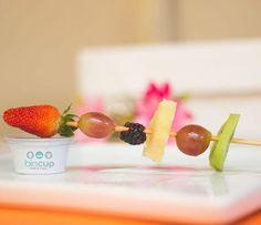 E esse espetinho super saudável ? Aprovamos !  #frutas #espetinho #saudavel #morango #uva #abacaxi #amora #kiwi #fitness #academia #petisco #vemprimavera #snack #befitsnacks #biocup #guarulhos #delivery