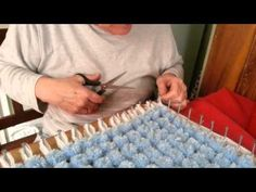 How to Make a Pom pom blanket. Here is how to make a basic pompom blanket. PLEASE NOTE: I now do 5 rounds for the base with 4 x balls of double knitting. Double Knitting, Loom Knitting, Baby Knitting, Pom Pom Crafts, Yarn Crafts, Loom Board, Pom Pom Baby, Yarn Flowers, Loom Craft